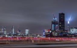 Londres, Reino Unido - 13 de diciembre de 2016: Horizonte de Londres en la noche con el lig Fotos de archivo libres de regalías