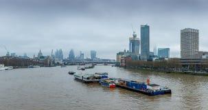 Londres, Reino Unido - 13 de diciembre de 2016: Horizonte de Londres según lo visto del puente de Waterloo imágenes de archivo libres de regalías