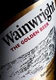 LONDRES, REINO UNIDO - 10 DE ENERO DE 2018: Embotelle la etiqueta de la cerveza de oro de Wainwright en blanco Imágenes de archivo libres de regalías