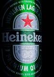 LONDRES, REINO UNIDO - 20 DE ENERO DE 2018: Poder de aluminio de Heineken Lager Beer en negro Heineken es el productor estrella d fotografía de archivo