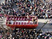 LONDRES, REINO UNIDO - 14 DE FEBRERO DE 2016: Autobús abierto del autobús de dos pisos del rojo en ji Fotografía de archivo
