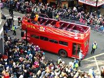 LONDRES, REINO UNIDO - 14 DE FEBRERO DE 2016: Autobús de dos plantas rojo en chino Imágenes de archivo libres de regalías