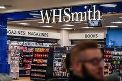 Londres, Reino Unido - 5 de febrero de 2019: El hombre desconocido camina delante de la rama de WHSmith en el aeropuerto de Londr imagenes de archivo