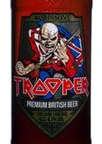 LONDRES, REINO UNIDO - 14 DE FEBRERO DE 2018: Etiqueta fría de la botella de la cerveza británica superior del soldado de caballe Fotografía de archivo