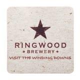 LONDRES, REINO UNIDO - 4 DE FEVEREIRO DE 2018: Pousa-copos do beermat da cervejaria de Ringwood isolada no branco Foto de Stock Royalty Free
