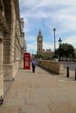 LONDRES, REINO UNIDO - 15 DE JULHO DE 2013: Big Ben e cabines de telefone em Londres Fotografia de Stock Royalty Free