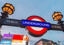 LONDRES, REINO UNIDO - 3 DE JULHO DE 2015: Rua do circo de Piccadilly subterrânea Foto de Stock Royalty Free
