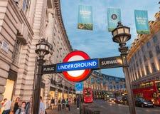 LONDRES, REINO UNIDO - 3 DE JULHO DE 2015: Rua do circo de Piccadilly subterrânea Imagem de Stock Royalty Free
