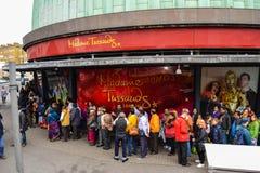LONDRES, REINO UNIDO - 20 DE JULHO DE 2017: Turistas que formam uma grande fila fora da senhora Tussauds Foto de Stock Royalty Free