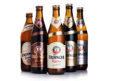 LONDRES, REINO UNIDO - 28 DE JULIO DE 2018: Botellas de cerveza de Erdinger en blanco Erdinger es el producto de la cervecería má fotografía de archivo