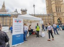Londres/Reino Unido - 26 de junho de 2019 - PM verifica na barraca fora do parlamento, como parte de um momento é agora PM de inc foto de stock