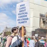 Londres/Reino Unido - 26 de junho de 2019 - um homem guarda o provérbio do sinal 'que se importa com carreiras políticas em um pl imagem de stock royalty free