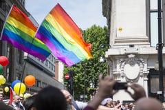 LONDRES, REINO UNIDO - 29 DE JUNIO: Banderas del arco iris delante de grandes almacenes Imagen de archivo libre de regalías