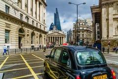 Londres, Reino Unido - 20 de junio de 2016: Opinión sobre el taxi negro de Londres por la estación del banco en Londres Imagen de archivo libre de regalías