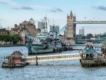 LONDRES, REINO UNIDO - 14 DE JUNIO: HMS Belfast anclada cerca del puente de la torre adentro Foto de archivo libre de regalías