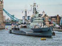 LONDRES, REINO UNIDO - 14 DE JUNIO: HMS Belfast anclada cerca del puente de la torre adentro Fotos de archivo libres de regalías