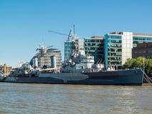 LONDRES, REINO UNIDO - 14 DE JUNIO: HMS Belfast anclada cerca del puente de la torre adentro Fotos de archivo