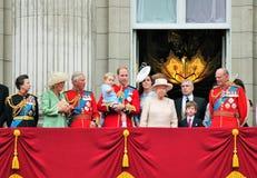 LONDRES, REINO UNIDO - 13 DE JUNIO: La familia real aparece en balcón del Buckingham Palace durante la marcha la ceremonia del co foto de archivo