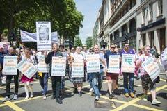 LONDRES, REINO UNIDO - 29 DE JUNIO: Participantes en el orgullo gay a de protesta Fotos de archivo libres de regalías