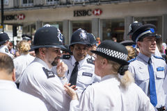 LONDRES, REINO UNIDO - 29 DE JUNIO: Policías de policía que esperan el Londres G Imágenes de archivo libres de regalías