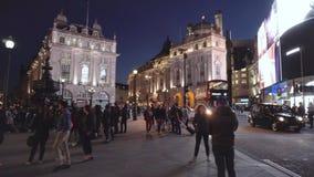 Londres, Reino Unido - 13 de maio de 2109: Circo de Picadilly na noite com luzes, o turista, os ônibus, e tráfego famosos Londres vídeos de arquivo