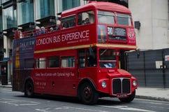 Londres, Reino Unido - 30 de maio de 2015: Ônibus vermelho inglês em Londres Imagem de Stock