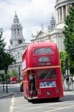 Londres, Reino Unido - 30 de maio de 2015: Ônibus vermelho inglês em Londres Fotografia de Stock Royalty Free
