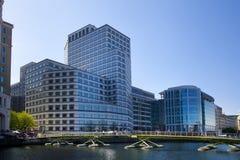 LONDRES, REINO UNIDO - 14 DE MAIO DE 2014: Arquitetura moderna dos prédios de escritórios da ária de Canary Wharf o centro princi Imagens de Stock