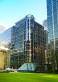 LONDRES, REINO UNIDO - 14 DE MAIO DE 2014: Arquitetura moderna dos prédios de escritórios da ária de Canary Wharf o centro princi Fotos de Stock