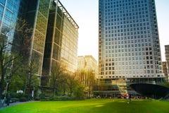 LONDRES, REINO UNIDO - 14 DE MAIO DE 2014: Arquitetura moderna dos prédios de escritórios da ária de Canary Wharf o centro princi Imagens de Stock Royalty Free