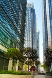 LONDRES, REINO UNIDO - 14 DE MAIO DE 2014: Arquitetura moderna dos prédios de escritórios da ária de Canary Wharf o centro princi Fotos de Stock Royalty Free