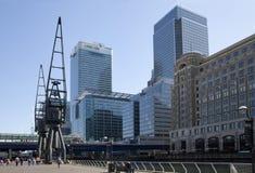 LONDRES, REINO UNIDO - 14 DE MAIO DE 2014: Arquitetura moderna dos prédios de escritórios da ária de Canary Wharf o centro princi Foto de Stock Royalty Free