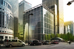 LONDRES, REINO UNIDO - 14 DE MAIO DE 2014: Arquitetura moderna dos prédios de escritórios da ária de Canary Wharf o centro princi Foto de Stock