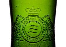 LONDRES, REINO UNIDO - 15 DE MAIO DE 2017: Engarrafe a cerveja de cerveja pilsen número da etiqueta sete no branco Baltika é a se Fotografia de Stock Royalty Free