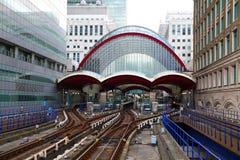 LONDRES, REINO UNIDO - 12 DE MAIO DE 2014: Estação das zonas das docas de Canary Wharf DLR em Londres Imagens de Stock Royalty Free