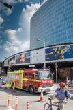 LONDRES, REINO UNIDO - 12 DE MAIO DE 2016: O carro de bombeiros passa o pedestre e o cycl Foto de Stock Royalty Free