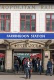 LONDRES, REINO UNIDO - 12 DE MAIO DE 2016: O homem no terno verifica seu telefone fora Imagem de Stock Royalty Free