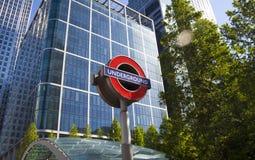 LONDRES, Reino Unido - 14 de maio de 2014 o tubo de Londres, Canary Wharf posta, a estação a mais ocupada em Londres, trazendo ap Imagens de Stock Royalty Free