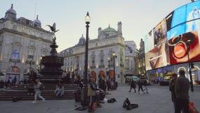 Londres, Reino Unido - 13 de maio de 2019: Junção de Piccadilly Circus aglomerada por povos o 13 de maio de 2019 em Londres, Rein video estoque