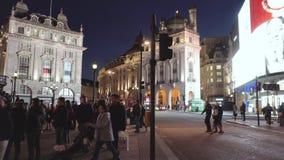 Londres, Reino Unido - 13 de maio de 2109: POV que anda no circo de Picadilly na noite cercado por turistas, luzes, ônibus video estoque