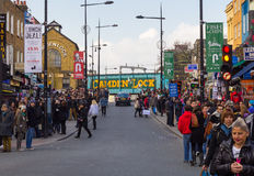 LONDRES, REINO UNIDO - 1º DE MARÇO DE 2014: Camden Town durante o dia com lote Foto de Stock Royalty Free
