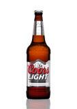 LONDRES, REINO UNIDO - 30 DE MARÇO DE 2017: Garrafa da cerveja de Coors Light no branco Coors opera uma cervejaria em dourado, Co Imagens de Stock Royalty Free