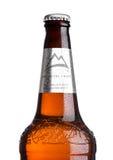 LONDRES, REINO UNIDO - 30 DE MARÇO DE 2017: Garrafa da cerveja de Coors Light no branco Coors opera uma cervejaria em dourado, Co Fotos de Stock Royalty Free