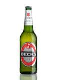 LONDRES, REINO UNIDO - 15 DE MARÇO DE 2017: Garrafa da cerveja dos Becks no fundo branco A cervejaria dos Becks foi fundada em 18 Fotografia de Stock