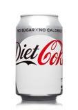 LONDRES, REINO UNIDO - 21 DE MARÇO DE 2017: Lata de A da bebida de Coca Cola Diet no branco A bebida é produzida e manufaturado p imagem de stock royalty free