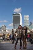 LONDRES, REINO UNIDO - 25 DE MARÇO DE 2016: Os turistas fêmeas tomam um selfie Fotos de Stock Royalty Free