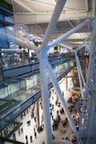 LONDRES, REINO UNIDO - 28 DE MARÇO DE 2015: Salão internacional da partida Interior do terminal de aeroporto 5 de Heathrow Edifíc Imagens de Stock