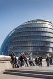 LONDRES, REINO UNIDO - 25 DE MARÇO DE 2016: Turistas que tomam o selfie pela cidade Hal Fotografia de Stock Royalty Free