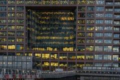 Londres, Reino Unido - 5 de mar?o de 2019: Opini?o da noite ao pr?dio de escrit?rios de Morgan Stanley em Canary Wharf, zonas das fotos de stock royalty free