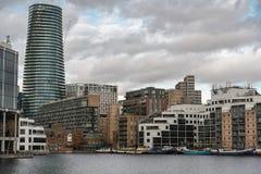 Londres, Reino Unido - 5 de mar?o de 2019: Os planos e as casas ao longo dos bancos de Canary Wharf, vigiam apartamentos do lado  fotos de stock royalty free